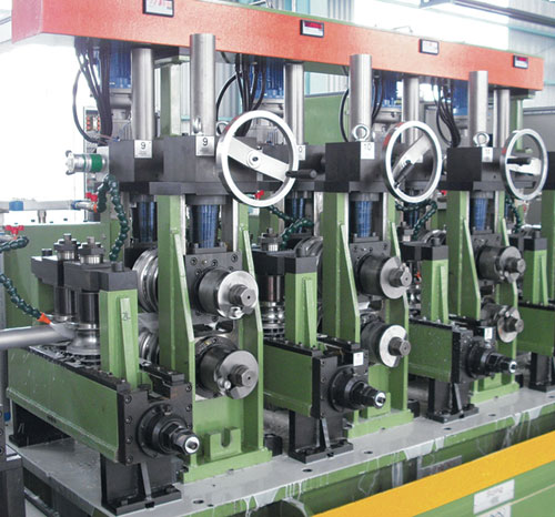 Top roll adjusting system by electrical motor and digital display.