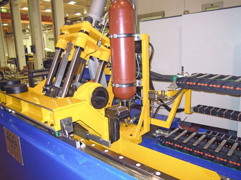 Flying shear cutting machine.